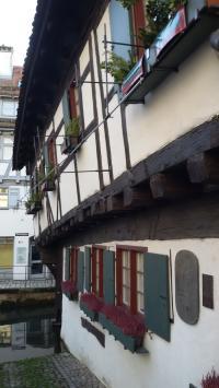 Enge, gemütliche Gassen in der Ulmer Altstadt mit dem 'Hotel Schiefes Haus', 1997 das schiefste Hotel der Welt