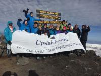 Die acht Auszubildenden der Upstalsboom-Gruppe und weitere Begleiter auf dem Gipfel des Kilimandscharo / Bildquelle: Upstalsboom Hotel + Freizeit GmbH & Co. KG