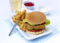 Valess Schnitzel-Burger mit Pommes / Bildquelle: FrieslandCampina Foodservice / Valess