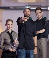 Lernen und Spaß haben beim VEGA Champion — mit Sterne- und TV-Koch Andi Schweiger.  Beim Nachwuchswettbewerb sind Zweier-Teams gefragt. / Bildquelle: VEGA GmbH