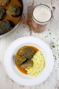 Die Brauerei C. & A. Veltins präsentiert das Rezept für Wirsingrouladen gefüllt mit Wildschweinhack in Biersauce. / Bildquelle: Brauerei C.& A. VELTINS GmbH & Co. KG
