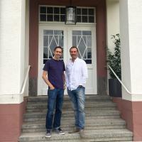 Hoteldirektor Daniel Leisentritt (links) und Investor Volker Huber vor dem Hotel Villa Erlenbad / Bildquelle: Kaffeesack GmbH