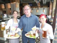 v.l.n.r. Sindy Falcon (28, stellvertretende Restaurantleiterin), Geschäftsführer Mirko Unger (41) und Oberkellnerin Sandy Hummel (28) mit Watzke-Bier und einem Wurstküchen-Teller mit einer warmen Auswahl / Bildquelle: Watzkes Wurstküche