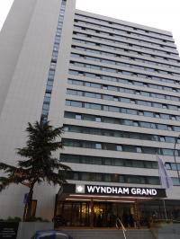 Noch ein Hotel in der Wilhelm Leuschner Straße: Das 4 Sterne Hotel Wyndham Grand Frankfurt und damit Konkurrent auf  Augenhöhe