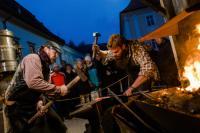 Auf dem Ybbsitzer Adventsmarkt in Niederösterreichs Mostviertel schauen Besucher Schmieden bei ihrer feurigen Arbeit zu. / Bildquelle: Mostviertel Tourismus/schwarz-koenig.at