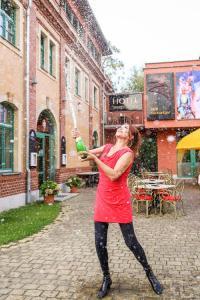 Zora Schwarz vor ihrem Hotel Backstage beim Öffnen des Sieg-Sektes / Bildquelle: Max Patzig