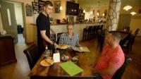 Azubi Ronny (li.) bringt Restauranttester Christian Rach sein Essen, Chef Uwe Friedrich ist gespannt auf sein Urteil.