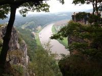 Rathen in der Sächsischen Schweiz: Blick vom Basteiaussichtsfelsen auf das Elbtal / Bildquelle: Hotelier.de
