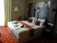 Ein perfekt arrangiertes Hotelbett in Boxspringausführung im Mercure Hannover City Zimmer