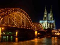Kölner Hohenzollernbrücke: die schöne Adresse bei Nacht