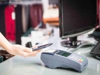 Kontaktlos bezahlen, hier am POS Einzelhandel der Bekleidung mit NFC-Nahfeldtechnik