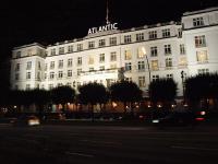 Hotel Atlantic im Hamburg bei Nacht - ein Name, der sich auch nicht von alleine verkauft / Bildquelle Hotelier.de