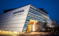 Mit der Eröffnung der neuen Iconic World hat Kaldewei ein außergewöhnliches Markenerlebnis geschaffen. Nach eineinhalb Jahren Planungs- und Bauphase ist ein faszinierender Ort zum interaktiven und multisensorischen Entdecken der Marke Kaldewei entstanden. / Bildquelle: Kaldewei/Christian Blanke Fotografie