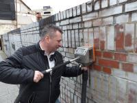 Foto zeigt Lars Kühnel (Geschäftsführer Graffiti Stop Dresden GmbH) mit seinem patentierten Arbeitsgerät. / Bildquelle: meeco Communication Services