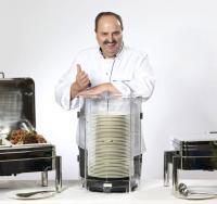 Johann Lafer mit den mobilen Tellerwärmern / Bildquelle: Beide Caterers Friend