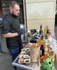 ESPITAS-Street-Food-Koch Gregor Seifert bereitet die Insektengerichte vor. Bildquelle: meeco Communication Services