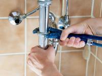Bevor die Reinigungsspirale ins verstopfte Rohr eingeführt wird, müssen Verschlüsse geöffnet werden
