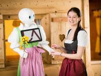 Roboter-Dirndl mit Freundschaftsband / © Übergossene Alm Resort - Klaus Bauer