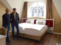Die Logis Hoteliers Jörg Beutel (links) und Enrico Paul in einem der Hotelzimmer. / Bildquelle: meeco Communication Services / Franziska Märtig