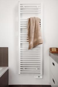 Die neuen AEG Badheizgeräte bieten einen hohen Komfort. Sie können unabhängig von der Warmwasser-Zentralheizung in Betrieb genommen werden und sind flexibel in der Positionierung. / Bildquelle: AEG Haustechnik