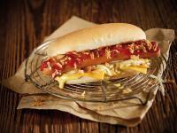 Das Hot-Dog-Brötchen Klassik von Hiestand® ist ein gelbbraunes Bun in typischer Hot-Dog-Form und kann mit verschiedensten Zutaten belegt werden. / Bildquelle: Aryzta Food Solutions