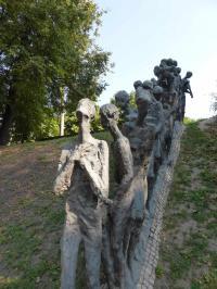 Bild der Grube (Jama) mit beeindruckenden Plastiken im ehemaligen Judenghetto in Minsk