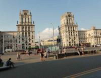 Die 2 berühmten Uhrentürme am Hauptbahnhof Minsk