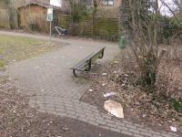 Hier hausten asoziale Menschen im Park hinter Lidl. Kaum ist weggeräumt, wird nachgelegt. Kostet ja nichts. Und macht Spaß?!