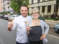 Daniel Fischer mit Frau Carolin Tronicke vor dem neuen Restaurant / Bild: meeco Communication Services