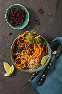 Quinoa macht glücklich, Cranberries sind gesund und Süßkartoffeln machen ein wohlig warmes Gefühl im Bauch. Der Hit zum neuen Süßkartoffel mit Quinoa-Salat von Grossmann ist aber das delikate Limetten-Sesam Dressing. / Bildquelle: © Grossmann Feinkost