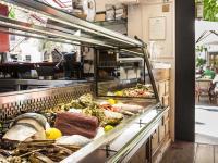 In der stylischen RawBar des Hotel Cort in Palma/Mallorca werden rohe Fischspezialitäten wie Austern und Ceviche serviert. / Bildquelle: Hotel Cort/Francisco Garvi