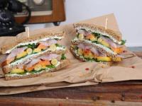 Appetitlich aus der Hand: Matjes-Sandwich - schnell zubereitet mit Pur Matjesfilets von Friesenkrone. / Bildquelle: Friesenkrone