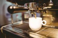 Siebträgermaschine beim Espresso brühen