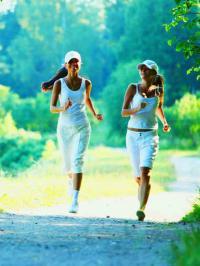 Bei Frauen hilft das Joggen speziell vorbeugend gegen Osteoporose und schwaches Bindegewebe