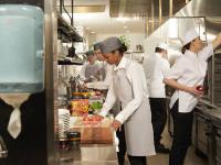 Optimal positionierte Hygieneprodukte können zu einem reibungslosen Arbeitsfluss und mehr Effizienz in der Profiküche beitragen. / Bildquelle: Tork