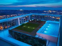 Pool mit Aussicht im Penthouse: Den Bewohnern des V Towers steht zusätzlich ein hauseigenes Fitness-Center mit Spa-Bereich zur Verfügung - Pool und Sauna inklusive.