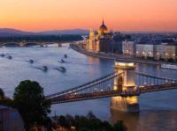 Budapest und Donau am Abend - Anlegestelle vieler Flußkreuzfahrten