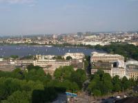 Blick vom zurzeit größten und höchsten Hotel Hamburgs, dem Radisson Blu Hamburg Dammtor. Zentral die herrliche Aussenalster und das Hotel Atlantic mittig rechts; Bildquelle Sascha Brenning Hotelier.de