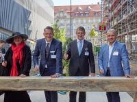 Die Personen auf dem Bild sind von links nach rechts: Dorothee Dubrau (Bürgermeisterin und Beigeordnete für Stadtentwicklung und Bau der Stand Leipzig), Alexander Fitz (CEO H-Hotels AG), Dr. Ingo Seidemann (S & G Development GmbH) und Andreas Schlage (Geschäftsführer GP Papenburg Hochbau GmbH Niederlassung Ost) / Bildcredit: S&G Development/Albrecht Voss