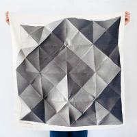 Furoshiki: Ein einfaches quadratisches Tuch als Grundlage für eine Vielzahl an Formen / Bildquelle: Martin Holtkamp