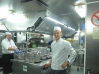Die Arbeit in der Gastro-Küche ist die Arbeit von Kochprofis, hier unter den engeren Bedingungen der gehobenen Flusskreuzfahrt; Bildquelle Hotelier.de
