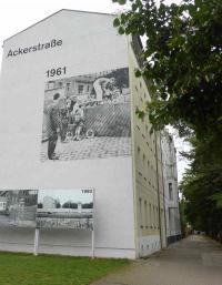 Bernauer Straße/Ecke Ackerstraße. Die Ackerstraße gehörte zu Ostberlin und war abgeriegelt. Eine Fassaden-Gestaltung erinnert an 1961