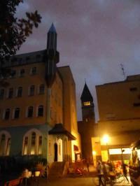 Dett jiebs nur in Balin: St. Marienkirche in der Wrangelstraße in Kreuzberg, davor eine Moschee