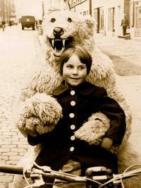 Kleines Mädchen mit  großem Mut  in der Vorweihnachtszeit etwa 1951 in Hamburg-Eppendorf; Bild Zeitgut Verlag, Berlin