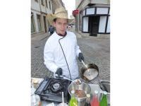 Espitas -Street-Food-Koch Andy Große (32) bereitet die Insektengerichte vor. / Bildquelle: meeco Communication Services