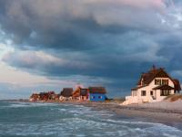 Frische Meeresbrise bei dramatischem Himmel an der Ostsee in Heiligenhafen