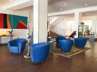 Mit Möbeln in starken Farben lassen sich klassische Ambiente auffrischen ? der Sessel Calida ist hier in einem leuchtenden Blau zu sehen. / Bildquelle: Beide GO IN GmbH