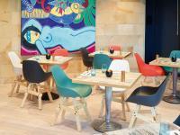 Im Lake Side Zürich gehört das farbenfrohe Mobiliar zum Gesamtkonzept.