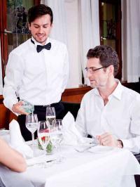 Auch das Oberhemd eines Restaurantfachmannes muss die Botschaft des Betriebes tragen