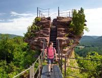 Wandersfrau auf der Burgruine Altdahn auf dem Pfälzer Waldpfad, mehr in Infos siehe unten*; Bildquelle Rheinland-Pfalz Tourismus GmbH